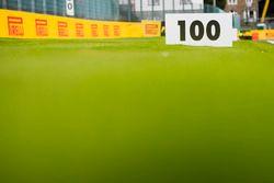 100-Meter-Markierung vor einer Kurve