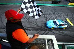 Rodrigo Baptista recibe la bandera a cuadros en Interlagos