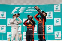 Podio: segundo clasificado, Lewis Hamilton, Mercedes AMG F1, ganador de la carrera, Max Verstappen,