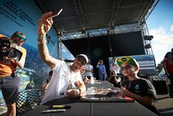 Lewis Hamilton, Mercedes AMG F1, prend une photo pour un fan