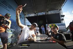 Lewis Hamilton, Mercedes AMG F1, prend une photo pour un fan