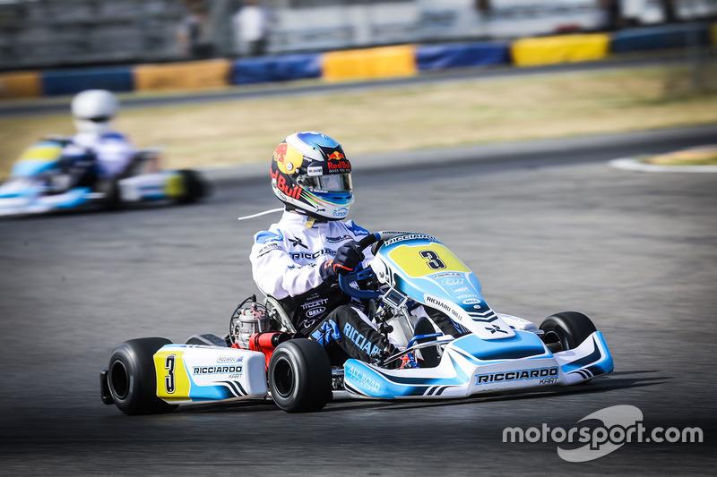 Daniel Ricciardo, Red Bull Racing, con un kart
