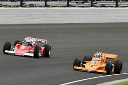 Demorunden: Mario Andretti, McLaren M24; Johnny Rutherford, McLaren M16