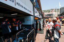 Kevin Magnussen, Haas F1 Team; Gene Haas, Haas F1 Team, Teambesitzer