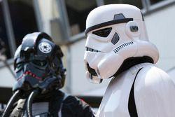 Des personnages de Star Wars visitent le garage Renault Sport F1 Team