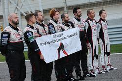 L'équipe Toyota affiche un message pour Audi sur la grille