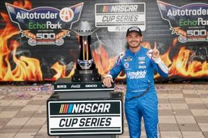 Ganador de la carrera Kyle Larson, Hendrick Motorsports, Chevrolet Camaro HendrickCars.com