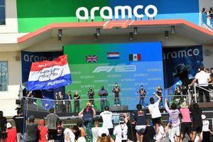 Le deuxième Lewis Hamilton, Mercedes, Shaquille O'Neal, le vainqueur Max Verstappen, Red Bull Racing, et le troisième Sergio Perez, Red Bull Racing, sur le podium