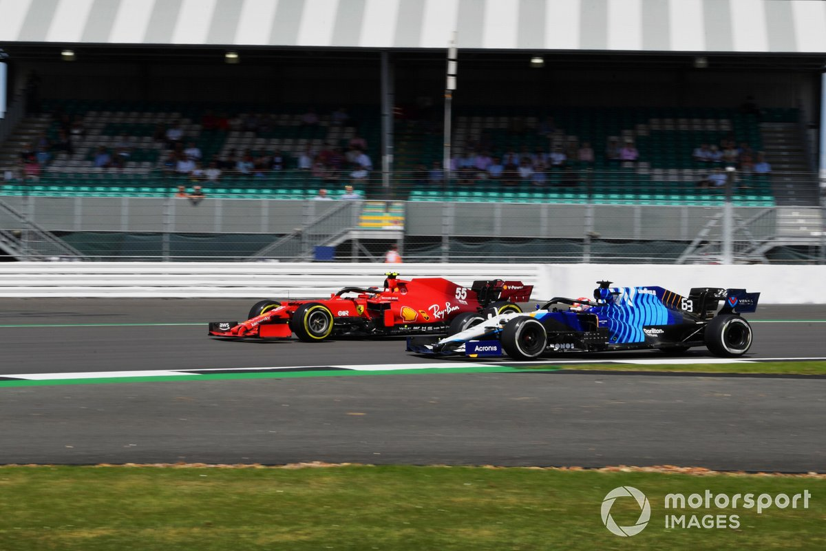 George Russell, Williams FW43B, passa Carlos Sainz Jr., Ferrari SF21