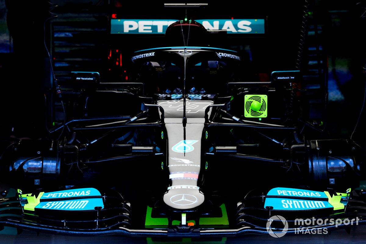 El coche de Lewis Hamilton, Mercedes W12, en el garaje