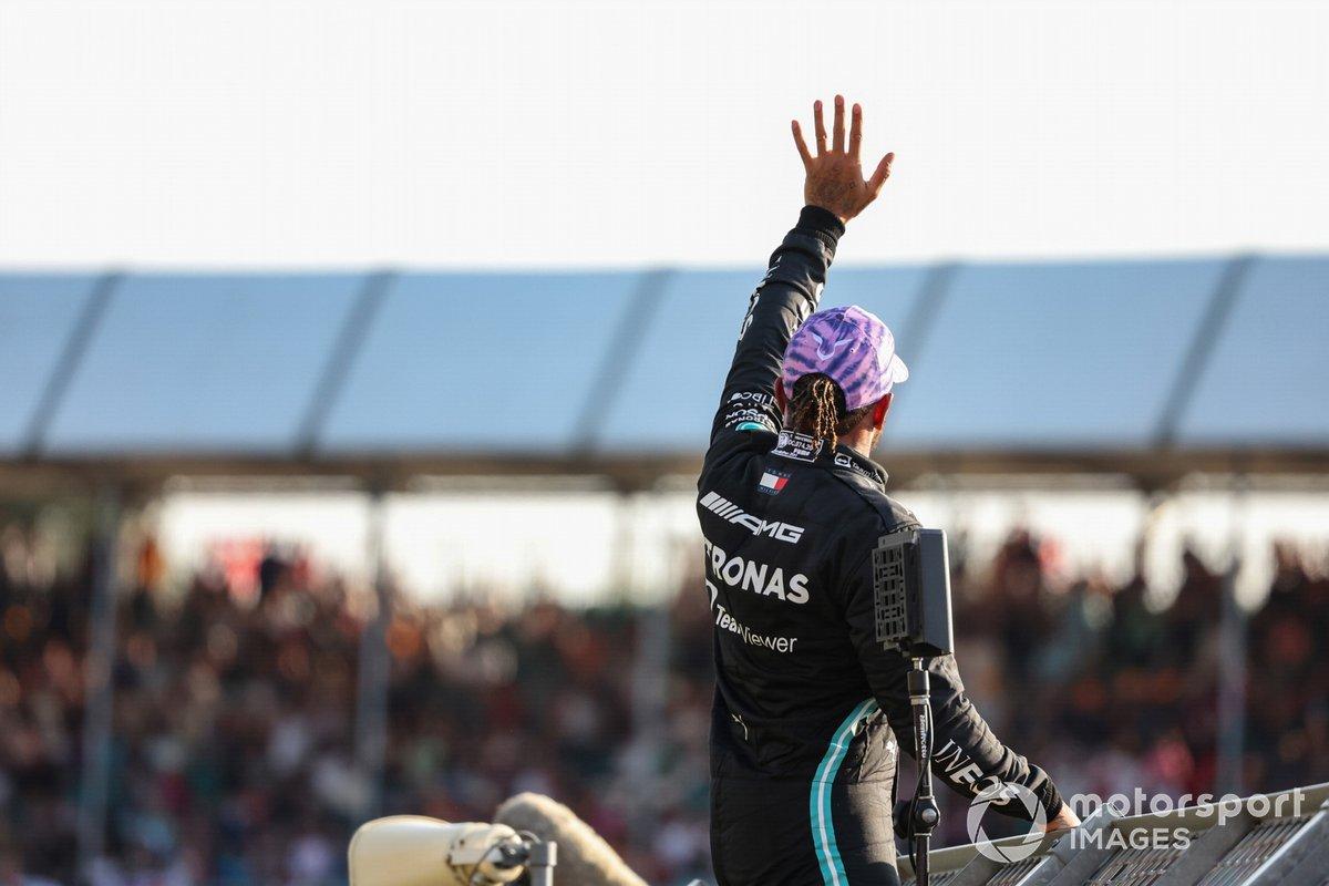 Pole man Lewis Hamilton, Mercedes, si arrampica sulla recinzione per salutare i fan