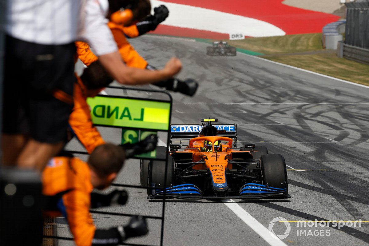 Tercer lugar Lando Norris, McLaren MCL35M cruza la meta frente a su equipio