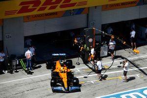 Lando Norris, McLaren MCL35M, quitte le garage