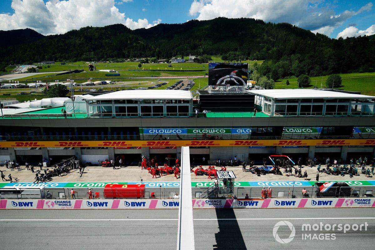 Carlos Sainz Jr., Ferrari SF21, y Charles Leclerc, Ferrari SF21, vuelven al garaje