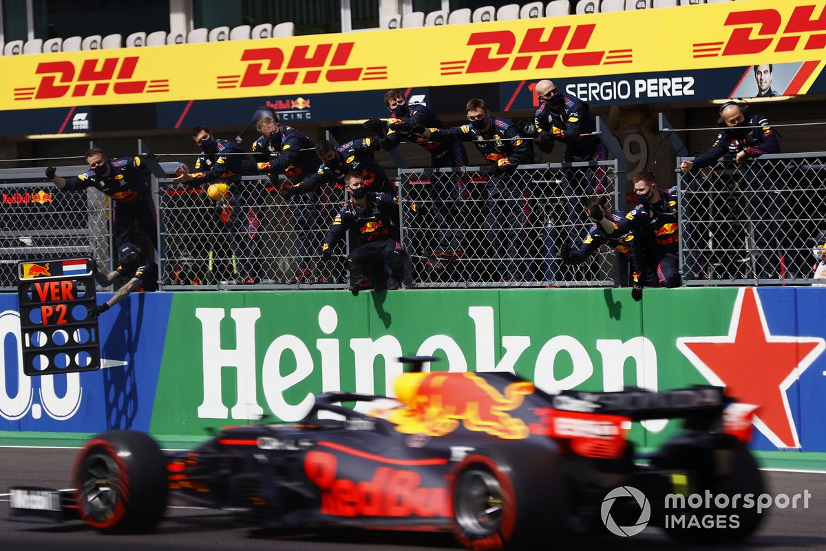 Max Verstappen, Red Bull Racing RB16B,, secondo classificato, sorpassa il suo team sul pit wall alla fine della gara