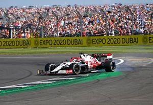 Kimi Raikkonen, Alfa Romeo Racing C41, fait un tête à queue après un contact avec Sergio Perez, Red Bull Racing RB16B