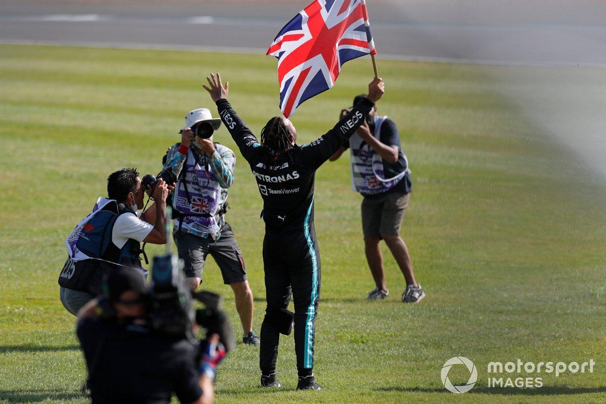 Lewis Hamilton, Mercedes, primo classificato, festeggia con la bandiera della Gran Bretagna
