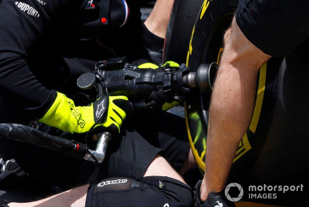 Detalle de la pistola de ruedas de Esteban Ocon, Alpine A521 pitstop