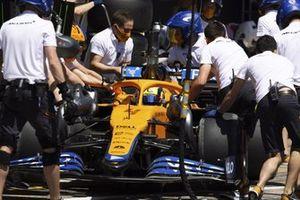 Lando Norris, McLaren MCL35M, in de pits