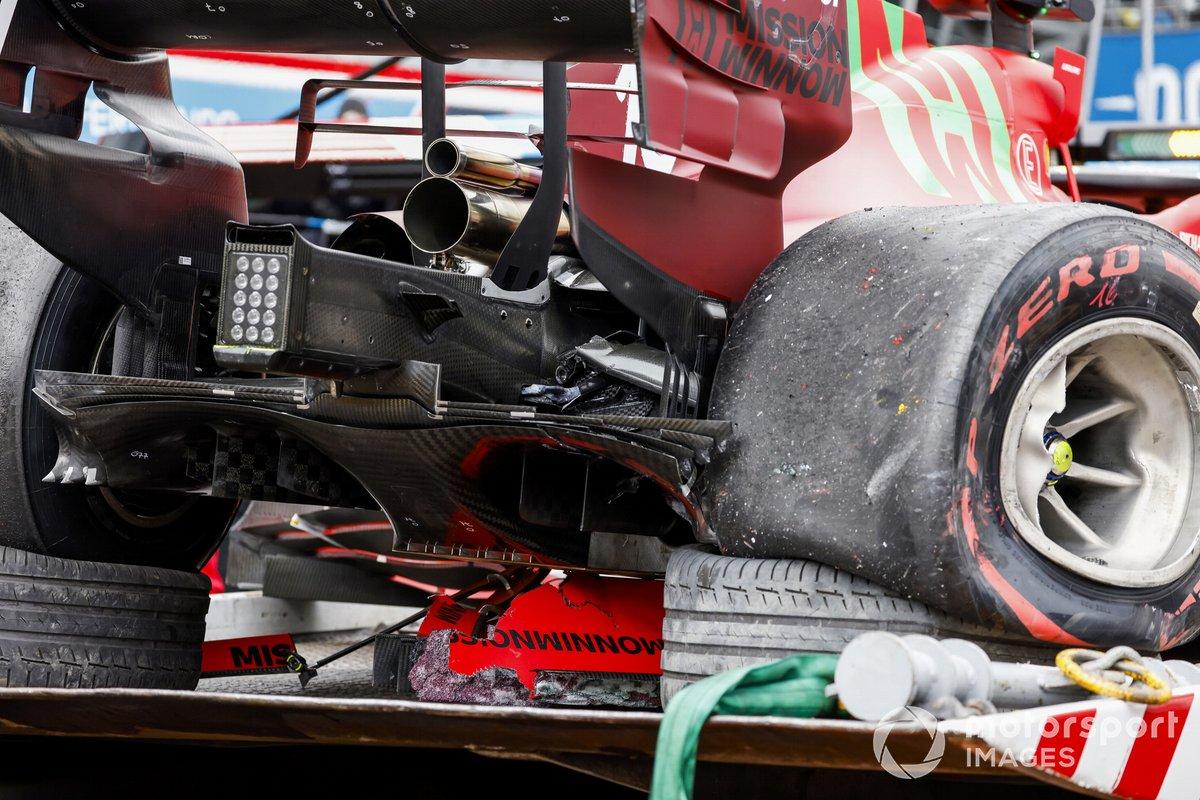 Auto danneggiata di Charles Leclerc, Ferrari SF21, su un camion