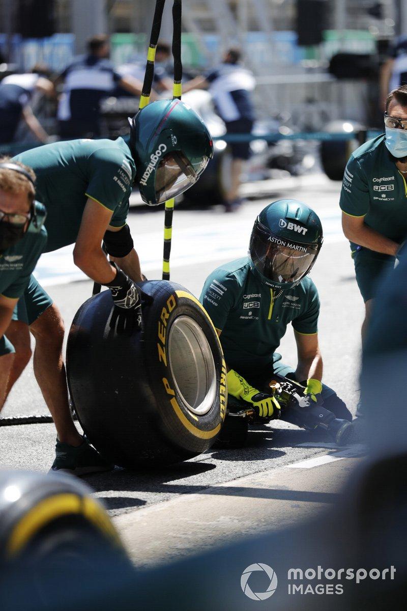 El equipo Aston Martin practica una parada en pits