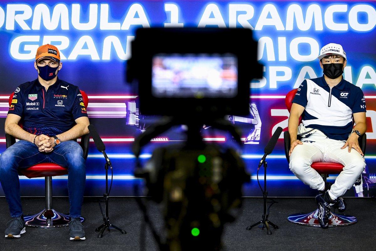 Max Verstappen, Red Bull Racing, Yuki Tsunoda, AlphaTauri en la conferencia de prensa