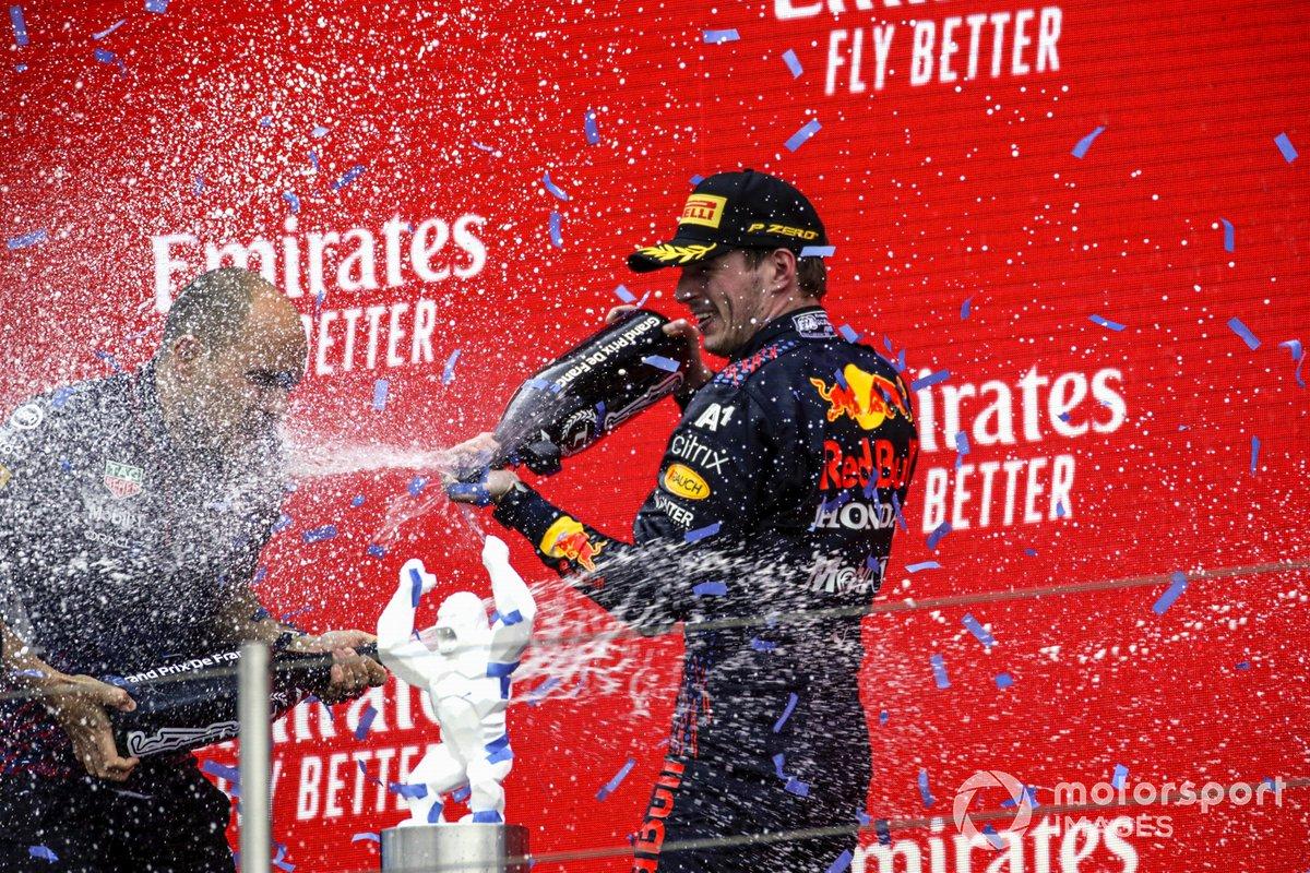 Max Verstappen, Red Bull Racing, 1° classificato, e Gianpiero Lambiase, ingegnere di pista, Red Bull Racing, sul podio