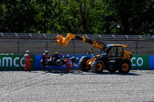 Marshals remove the car of Oliver Rasmussen, HWA Racelab