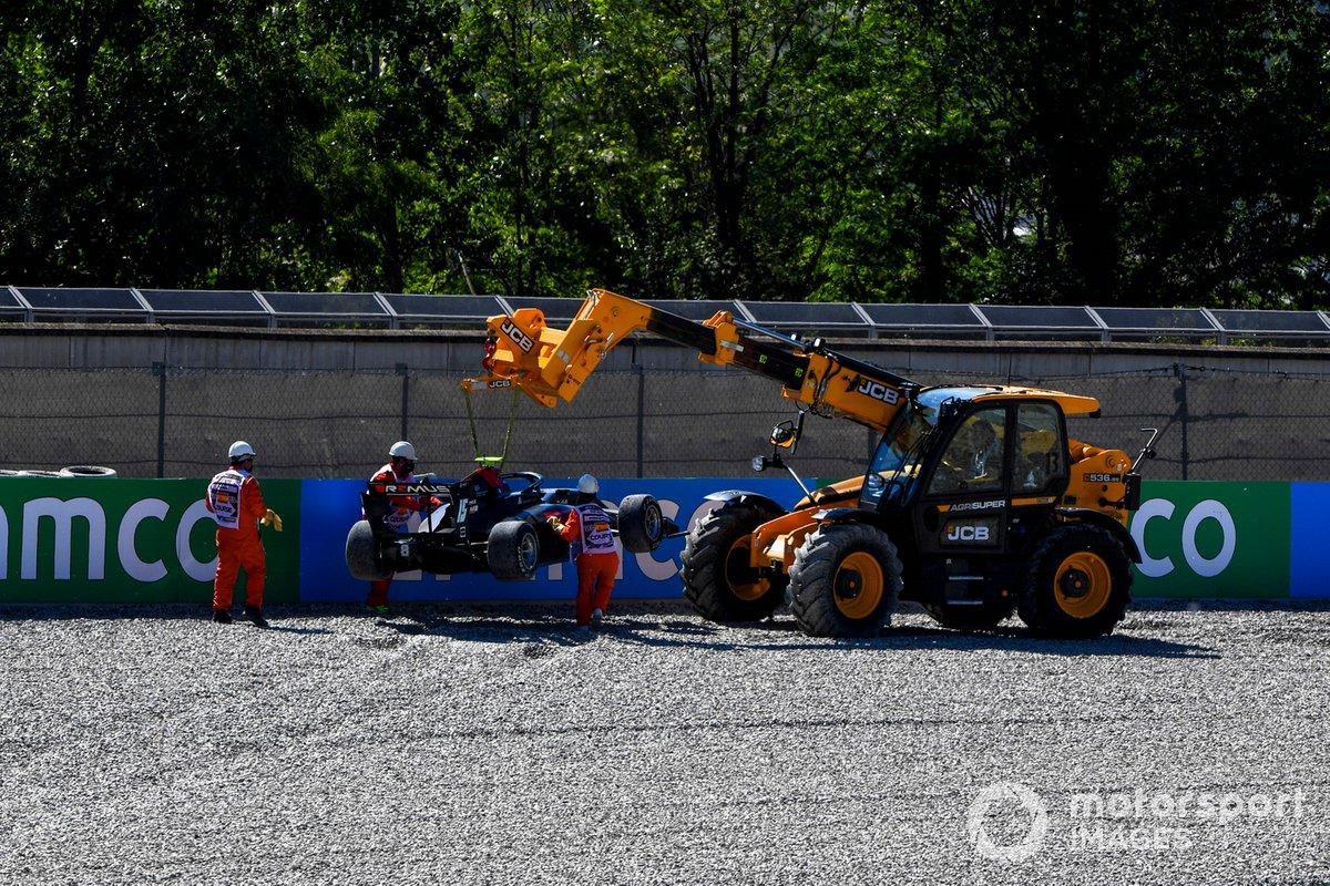 Oficiales de pista asisten a Oliver Rasmussen, HWA Racelab