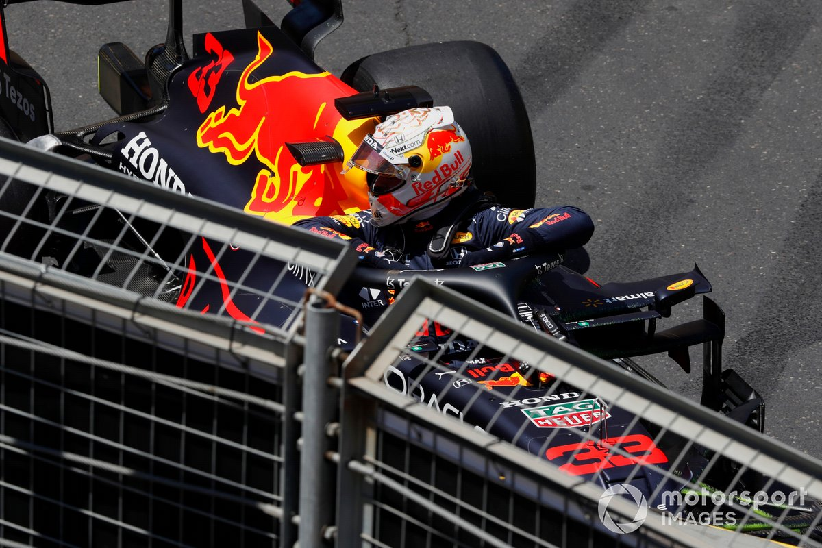 Max Verstappen, Red Bull Racing RB16B, tras su accidente