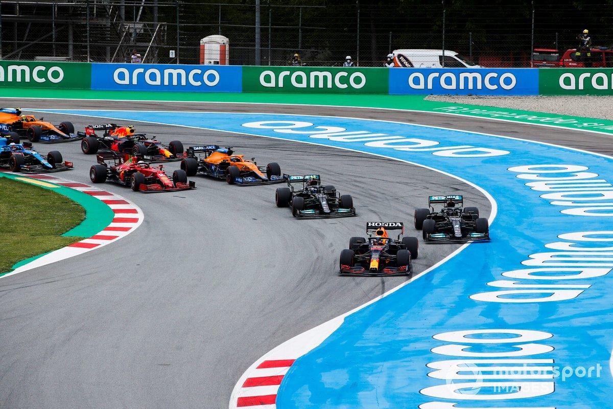 Max Verstappen, Red Bull Racing RB16B, Lewis Hamilton, Mercedes W12, Valtteri Bottas, Mercedes W12, Daniel Ricciardo, McLaren MCL35M, Charles Leclerc, Ferrari SF21, e il resto del gruppo