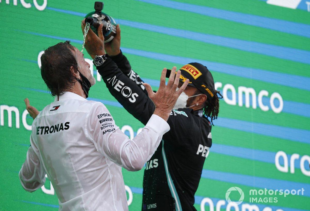 Podio: ganador de la carrera Lewis Hamilton, Mercedes con un miembro del equipo Mercede