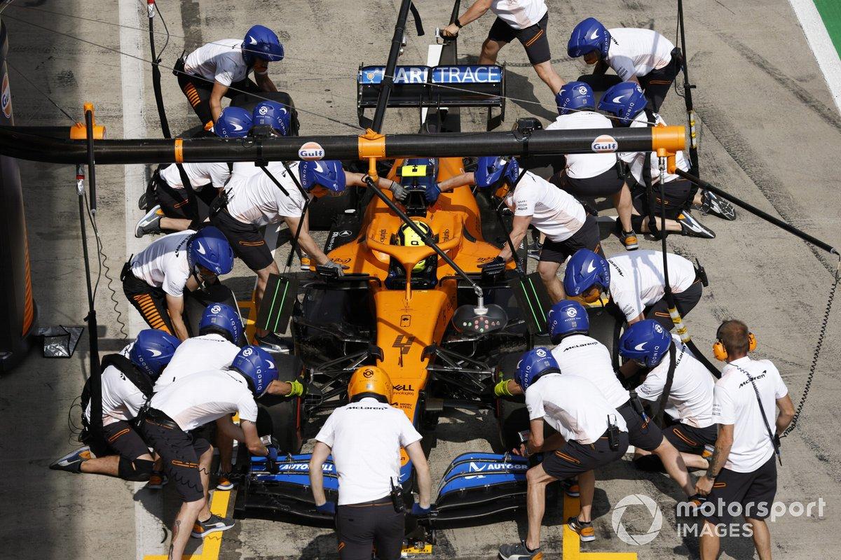 Lando Norris, McLaren MCL35M en pits