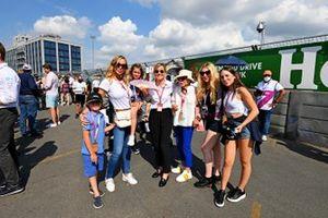 Susie Wolff mit Girls