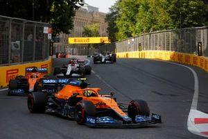 Lando Norris, McLaren MCL35M, Daniel Ricciardo, McLaren MCL35M, e Kimi Raikkonen, Alfa Romeo Racing C41