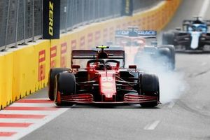 Carlos Sainz Jr., Ferrari SF21, locks up