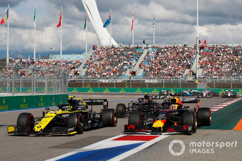 Nico Hulkenberg, Renault F1 Team R.S. 19, precede Max Verstappen, Red Bull Racing RB15, e Kevin Magnussen, Haas F1 Team VF-19