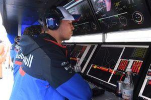 Daniil Kvyat, Toro Rosso, on the pit wall