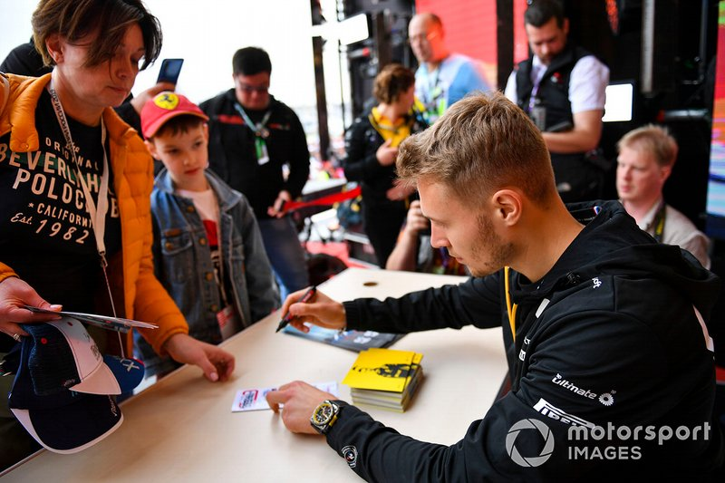 Sergey Sirotkin, Renault, meets fans
