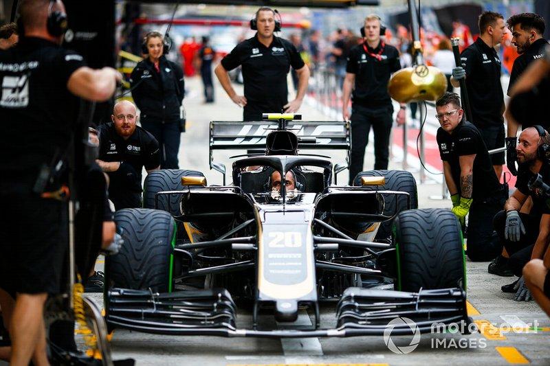 El equipo de Haas practica una parada en boxes