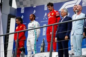 Podio: Laurent Mekies, Director deportivo Ferrari, segundo lugar Lewis Hamilton, Mercedes AMG F1, ganador de la carrera Charles Leclerc, Ferrari, y el tercer lugar Valtteri Bottas, Mercedes AMG F1