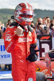 Charles Leclerc, Ferrari, 1ª posición, celebra en Parc Ferme