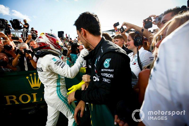 Il vincitore della gara Lewis Hamilton, Mercedes AMG F1 festeggia al Parc Ferme con il suo team