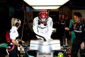 Lewis Hamilton, Mercedes AMG F1, entra nella sua auto