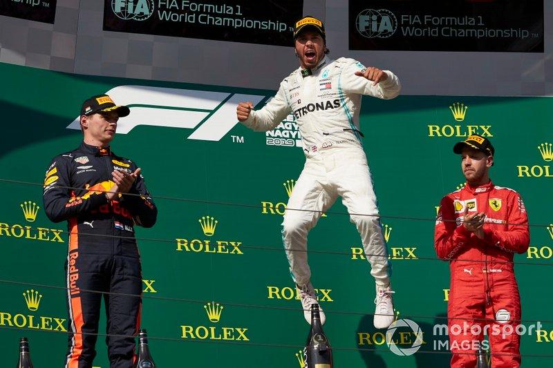 Il secondo classificato Max Verstappen, Red Bull Racing, il primo classificato Lewis Hamilton, Mercedes AMG F1, e il terzo classificato Sebastian Vettel, Ferrari, festeggia sul podio
