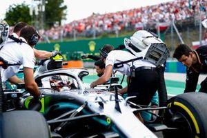 Lewis Hamilton, Mercedes AMG F1 W10 arriva sulla griglia