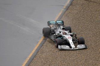 Lewis Hamilton, Mercedes AMG F1 W10, finisce nella ghiaia