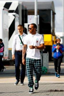 Lewis Hamilton, Mercedes AMG F1, arrive dans le paddock
