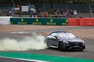 Гонщик Mercedes AMG F1 Льюис Хэмилтон и владелец команды Williams Фрэнк Уильямс, AMG S63
