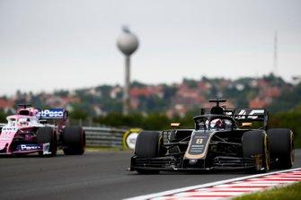 Romain Grosjean, Haas F1 Team VF-19, precede Sergio Perez, Racing Point RP19